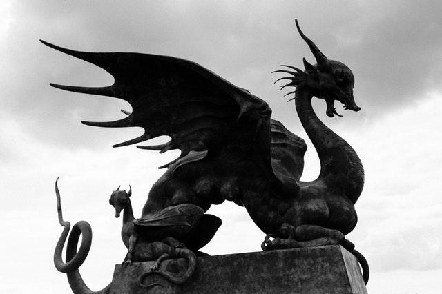 Oligarchie, pyramide et dragon